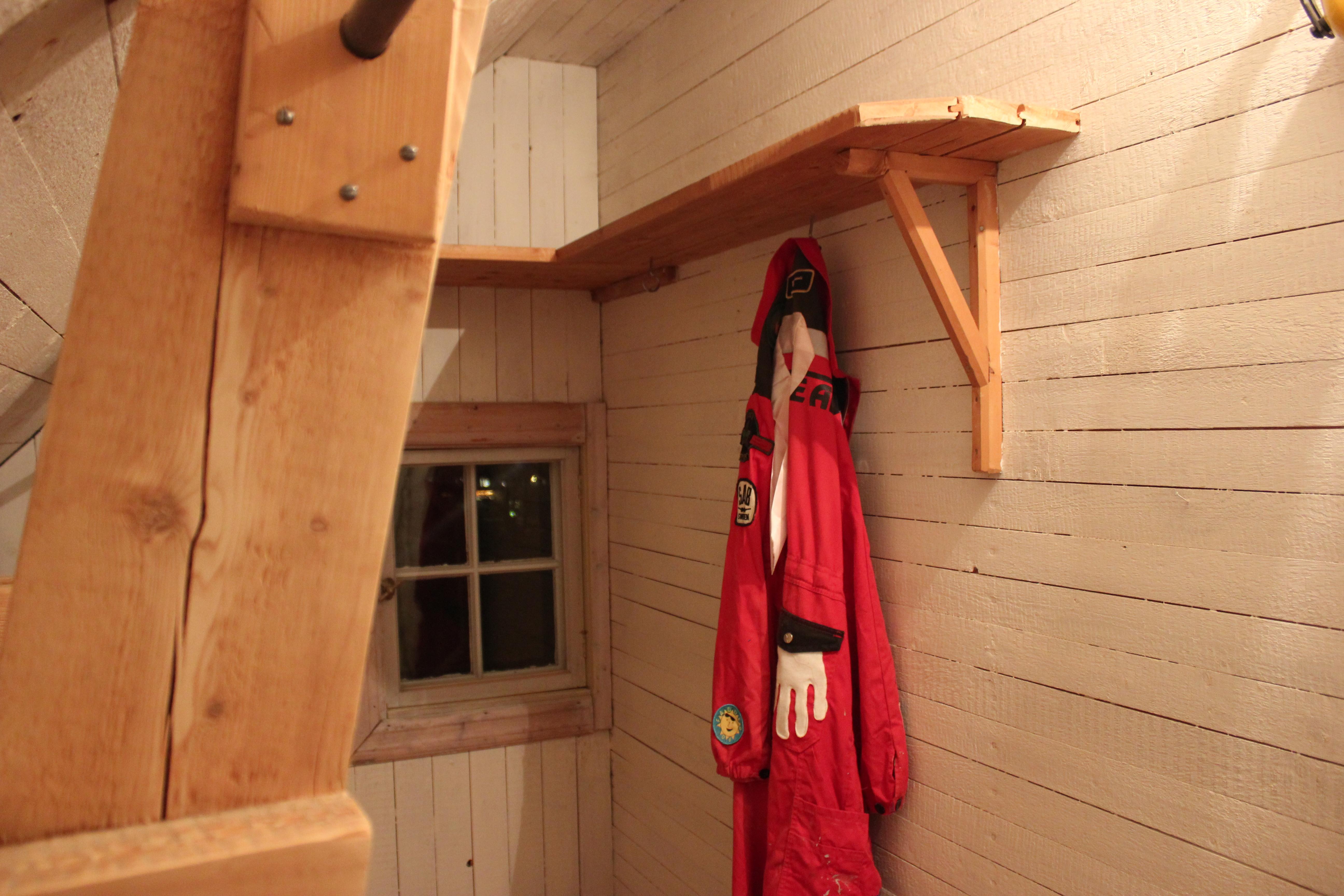 Fr̴n en skrubb med snedtak till en rosa walk in closet Рrotan